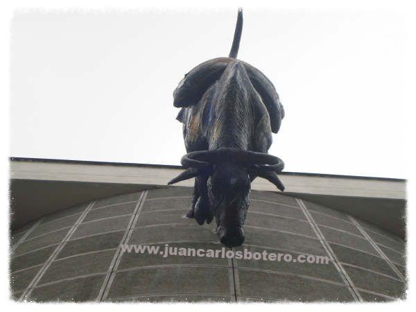 Toro anclado en Fachada