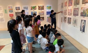 Students enjoy award-winning artwork created by kids around the world at the exhibition!