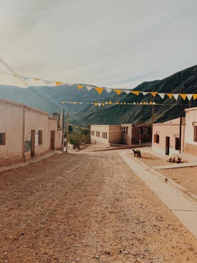 Rua vazia com bandeirolas amarelas e brancas do povoado de Purmama, Jujuy - Argentina