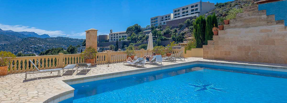 Complex with pool Soller
