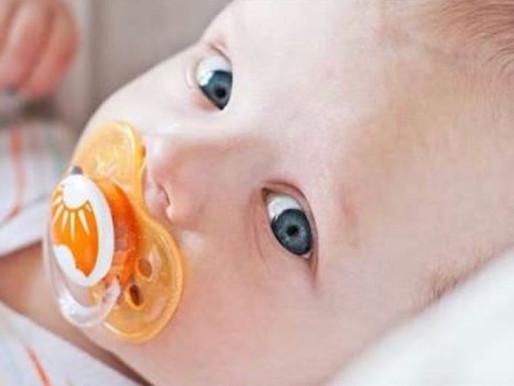 Os prós e os contras do uso da chupeta em bebês em fase de amamentação.