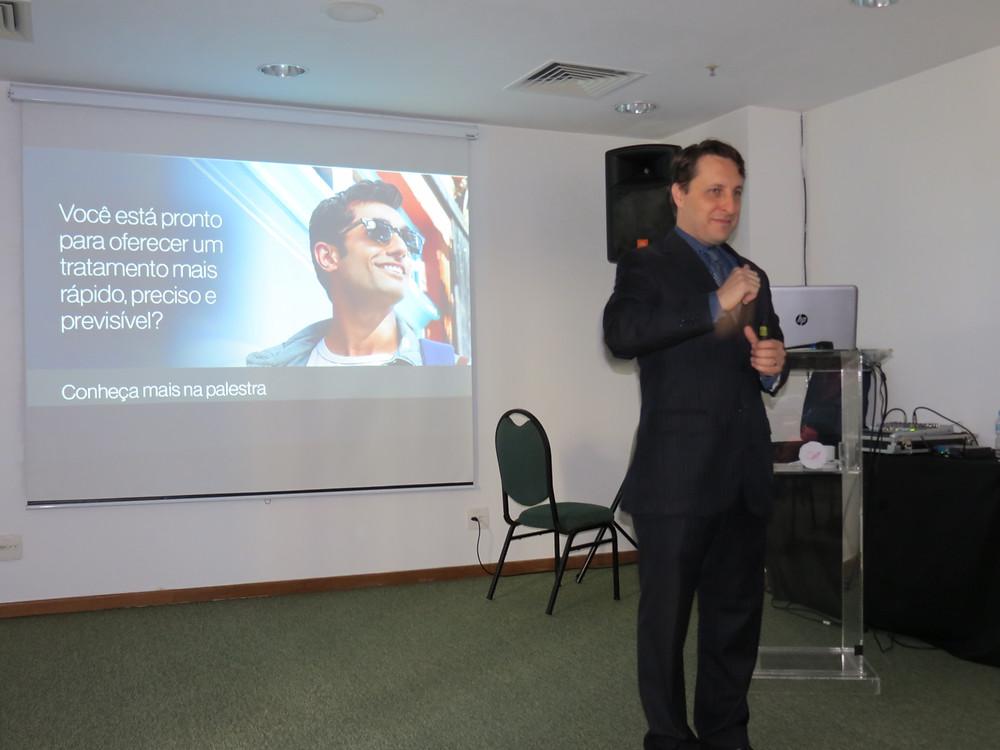 Dr Eduardo Rothier em palestra sobre credenciamento Invisalign
