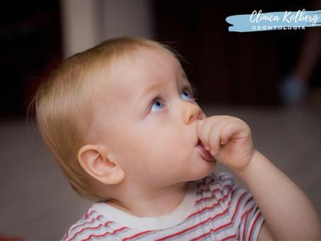 Dra. Rosane Kolberg dentista em Porto Alegre, fala sobre o mau hábito da criança chupar o dedo.