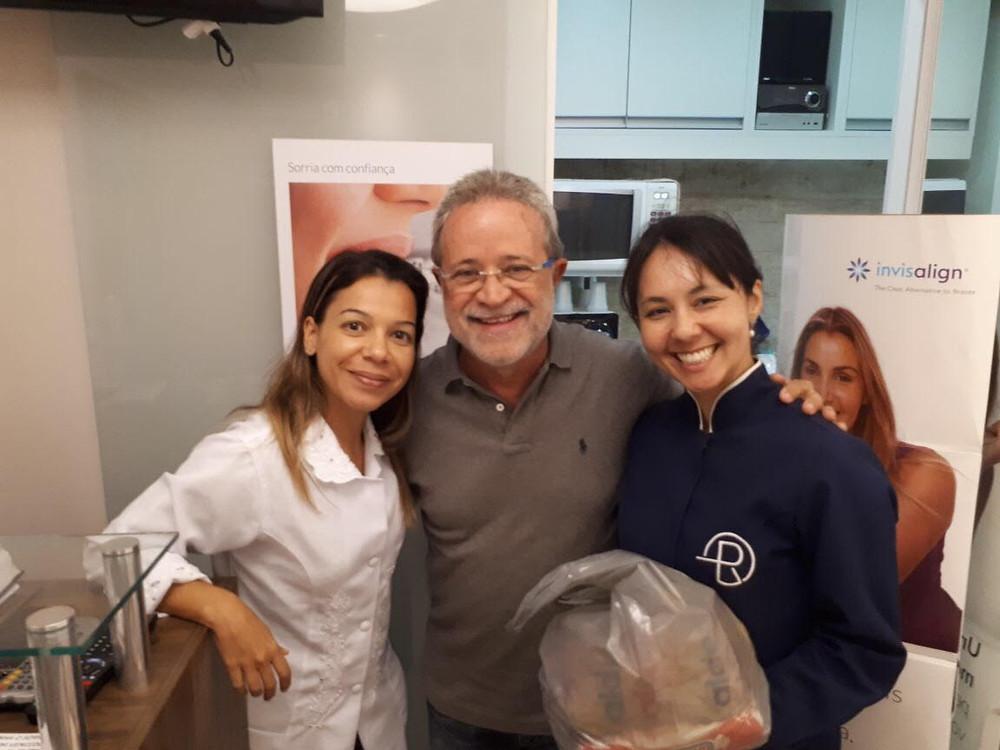 Dr_João_colaborando_com_o_Natal_Solidário_da_Clinica_Rothier_em_Pendotiba,_doações_recolhidas_pelas_Dra_Fran_e_Dra_Flavia_Mitiko_e__enviadas_para_o_Abrigo_Lisaura_Ruas_de_Itaipu_em_Niterói_.jpg
