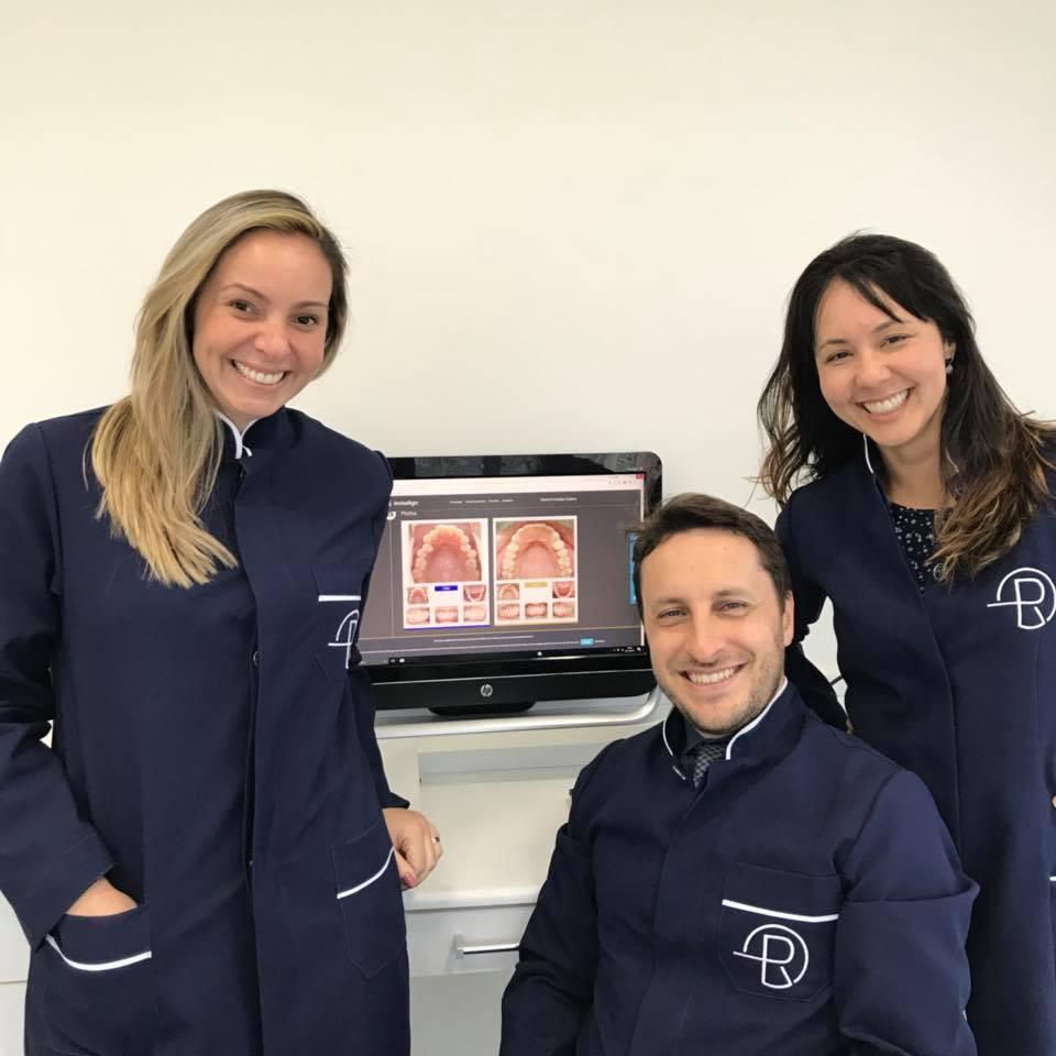 Agora a equipe de ortodontia da Clinica Rothier na Barra da Tijuca está composta pelo Dr. Eduardo Rothier, Dra. Flavia Mitiko e Dra. Juliana Paiva, que passa a assumir a odontopediatria para cuidar das nossas crianças.
