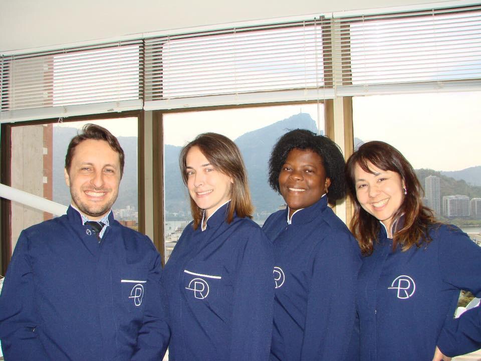 Dr Eduardo Rothier e Dra Flavia Mitiko com suas secretárias Ana Paula e Glaucia equipe focada na excelencia do adentimento na Clinica Rothier em Ipanema Barra da Tijuca Niteroi