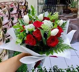 Rosas y tulipanes blancos
