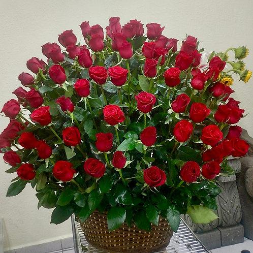 150 rosas en canasta
