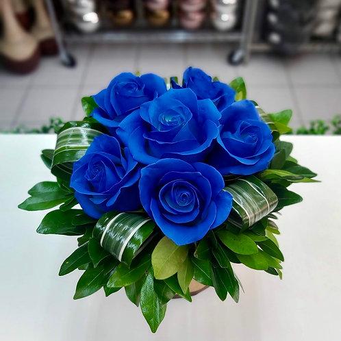 Rosas azules en base rústica
