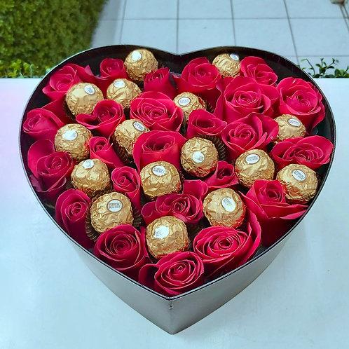 Corazón de rosas y chocolates.