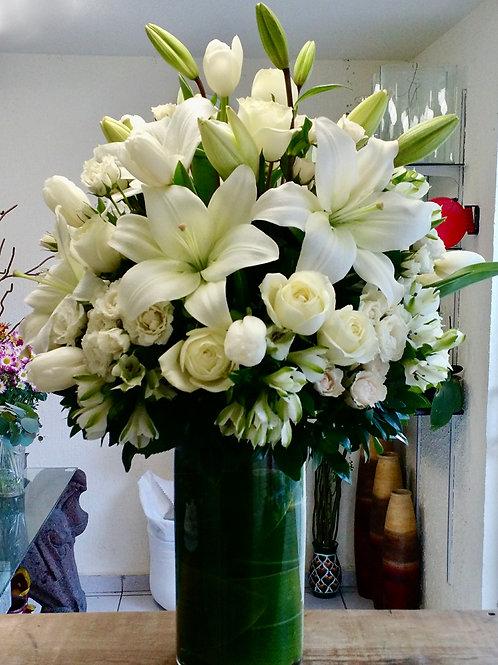 Rosas y lilis blancas