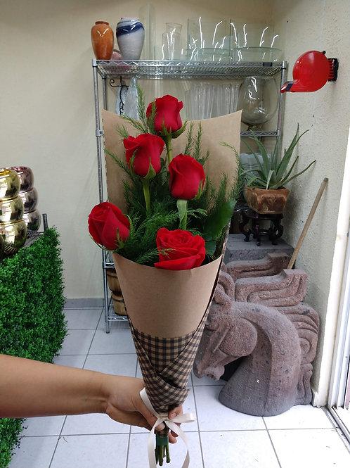 Ramo de rosas en papel kraft.