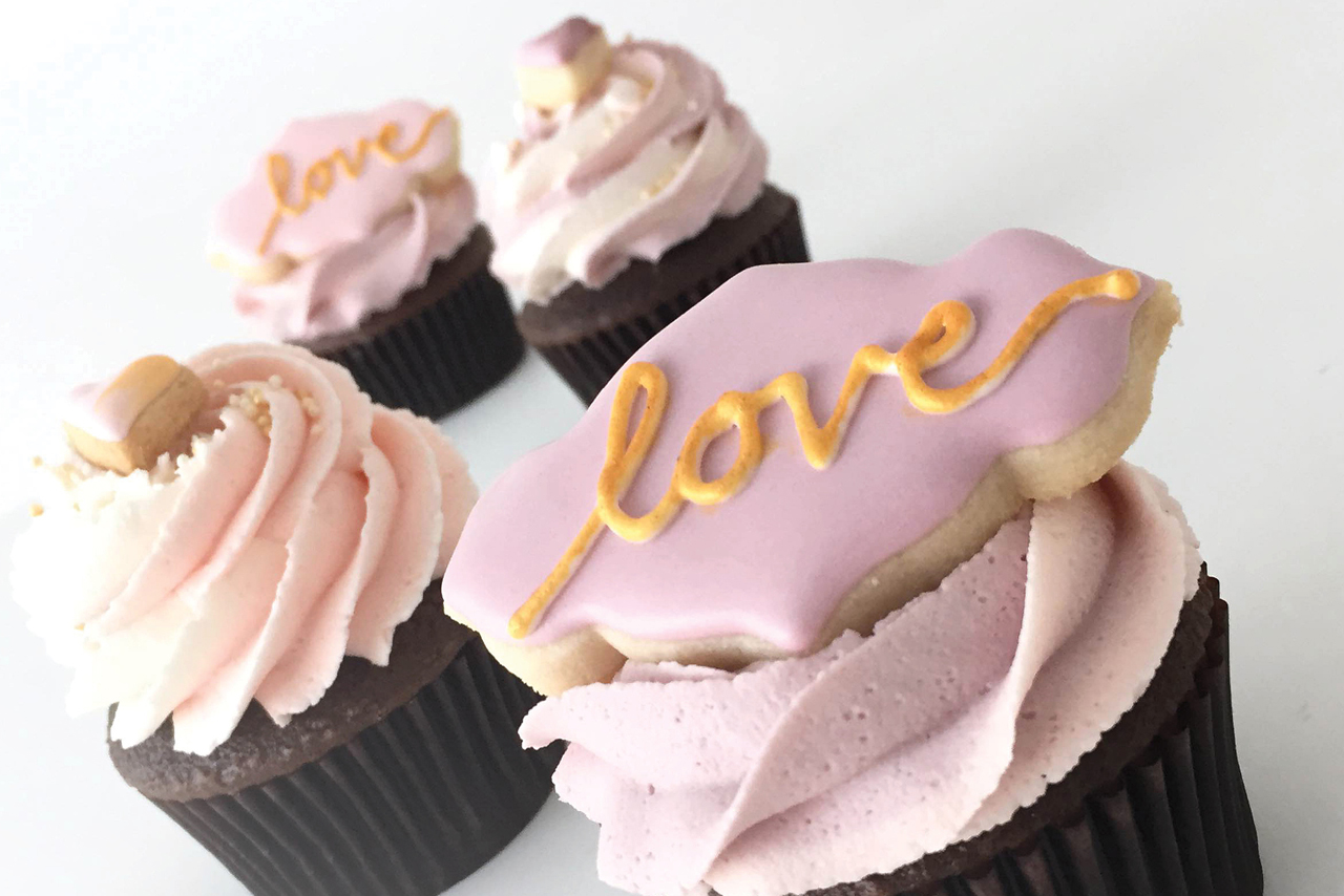 Love Cupcakes with Sugar Cookie Topp