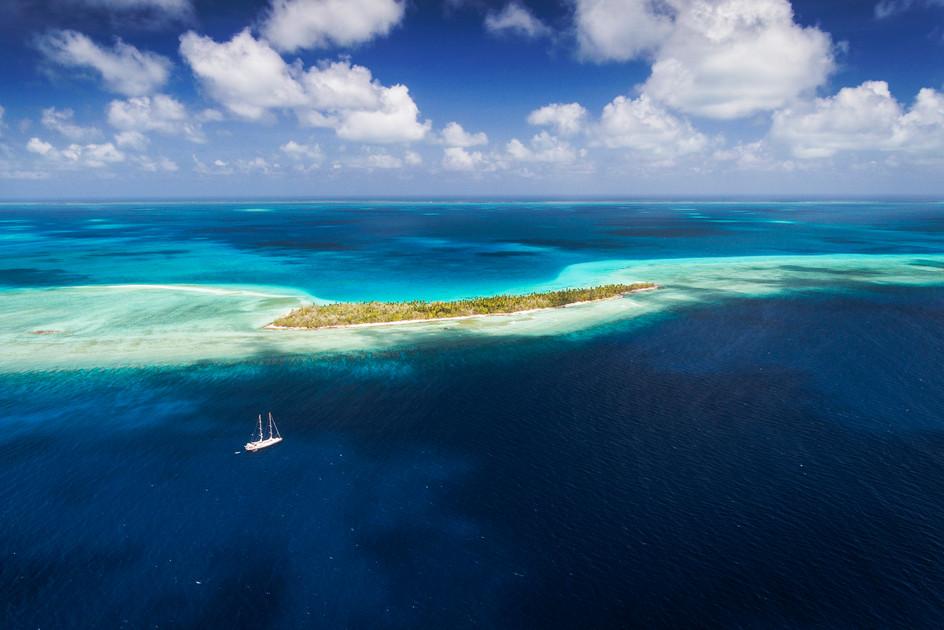 002_02001Tara under way off of Teirio Atollm Kiribati_photo credit Sarah Fretwell and Niko De La Brosse_.jpg