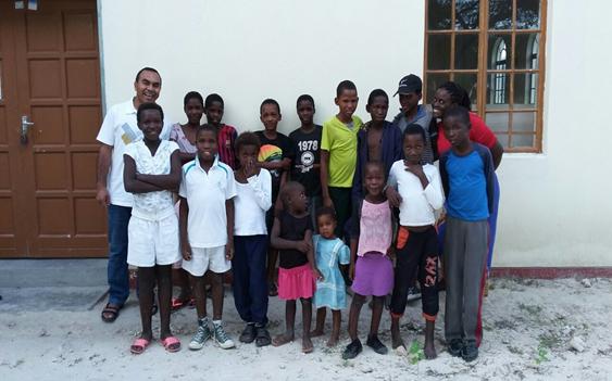 Suatu hari di depan Gereja bersama anak-anak miskin dan yatim piatu