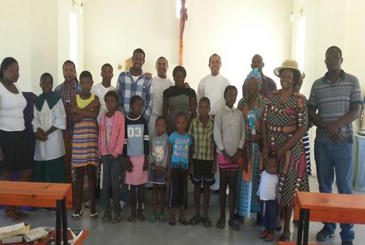 Photo bersama umat usai misa di paroki St Joseph Gumare