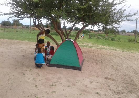 Mengunjungi umat di stasi_bentang tenda di bawah pohon untuk tidur