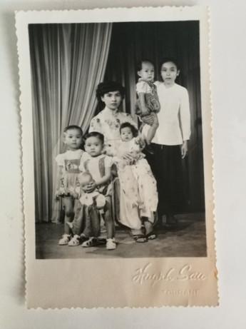 Photographie de famille : la grand-mère d'Olivier Dhénin et 4 de ses enfants, à Saïgon, avant la guerre d'Indochine