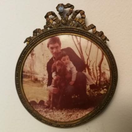 Photographie d'Olivier enfant, de son père et de leur chienne Nora, au cœur du théâtre d'objets PAYSAGE DANS L'OUBLI