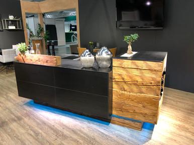 Küche mit Schwarzstahl Fronten kombiniert mit Originalen Altholz