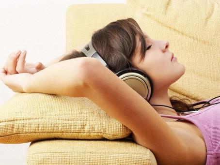 Saiba mais sobre os sons que ajudam a relaxar e dormir