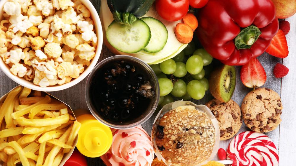 comida pesada junk food refrigerante alimentos que prejudicam o sono