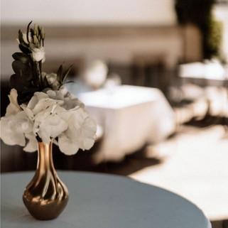 Blumendeko auf einer Hochzeit und ein paar Tage danach