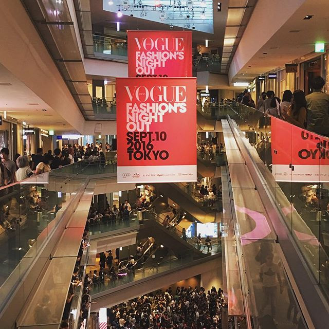 The already crowded Omotesando Hills an hour before the event.