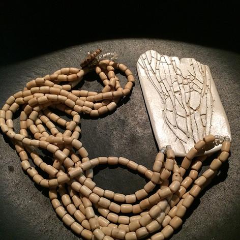Colar em cerâmica e sementes de açaí
