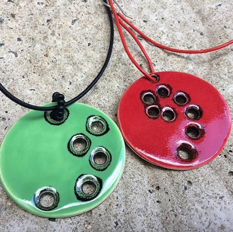 Colares em cerâmica e fios de couro