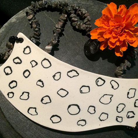 Colar em cerâmica e jade grafite