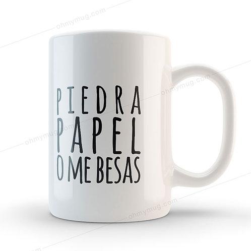 TAZA CON FRASE DE AMOR PIEDRA, PAPEL O ME BESAS