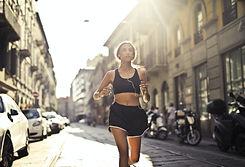 Femme qui court dans la rue