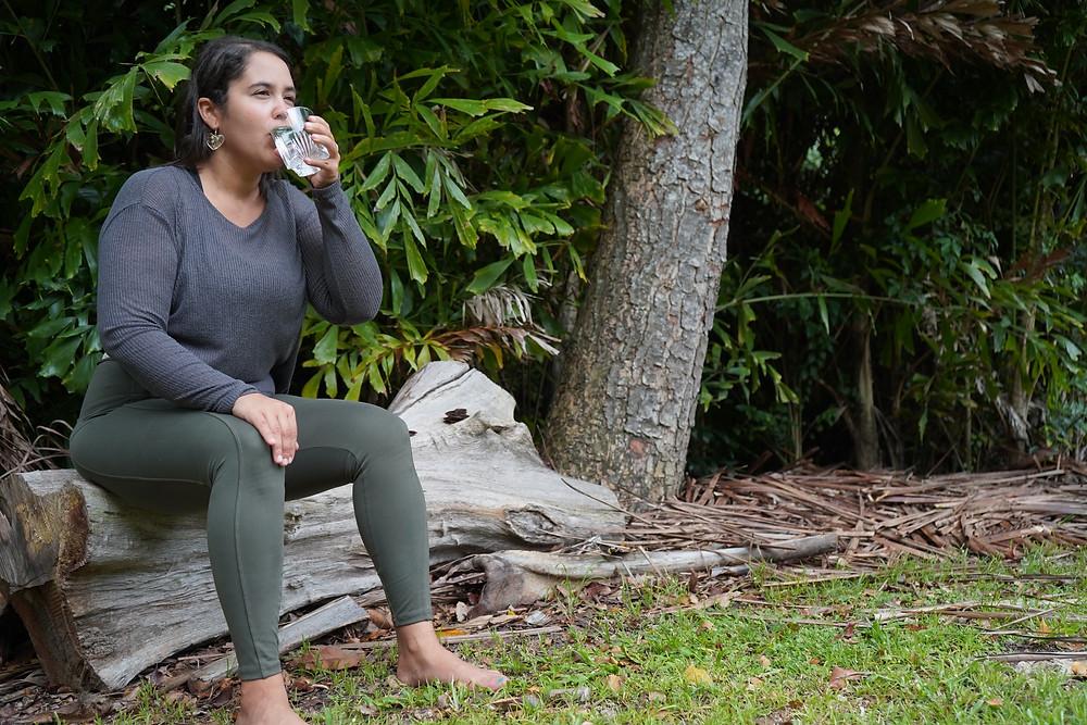¿Cómo tomar más agua? Dra. Bruyanelis Ramos Aponte, ND bebiendo agua