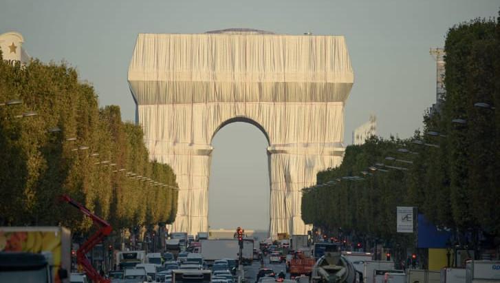 """Entre a arte e o direito: O Arco do Triunfo """"embalado"""""""