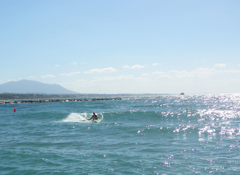 Marbella_Surfski_Fredrik_som_inte_tycker_om_vågot_men_surfare_hela_tiden_P1060004