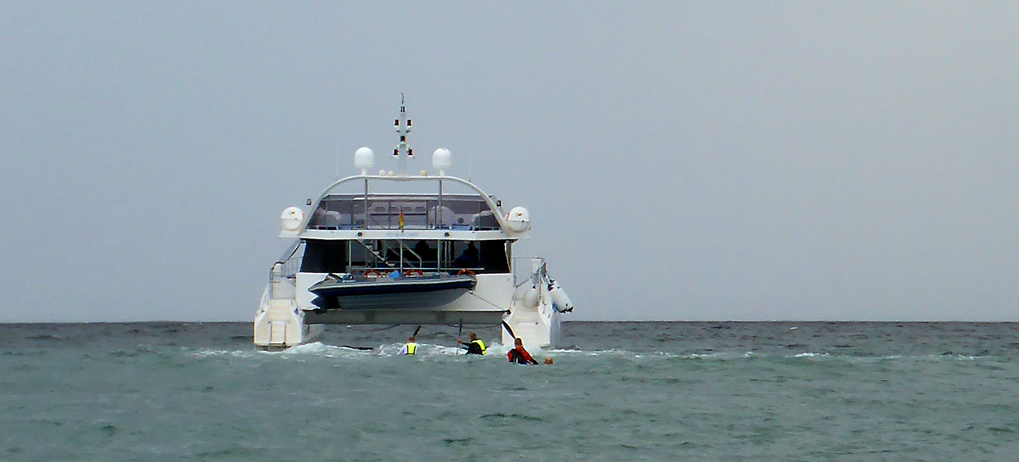 Marbella_Surfski_Emil_jagar_turbåten_till_Porto_Banus_P1060080