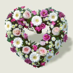 Mixed_pink_and_cream_heart_wreath