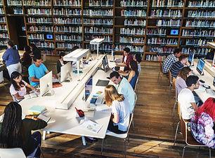 นักเรียนในห้องสมุด