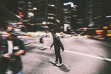 El andar en monopatín en la noche