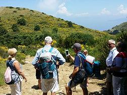 un gruppo di escursionisti sui sentieri dell isola di capri con il nostro zaino pic nic