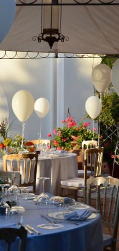 tavoli allestiti per catering con pallon