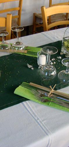 tavolo apparecchiato con runner verde.jp