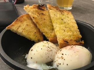 uova con tartufo e crostini aromatizzati