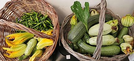 ceste di zucchine e peperoncini appena raccolti dall orto del columbus a capri