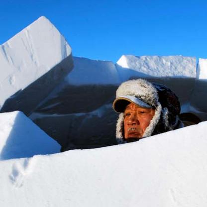 Jimmy Haniliak completing iglu top.jpg