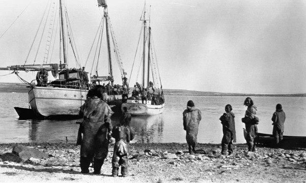 A group of Iniunnait greet approaching Canadian Arctic Expedition ships at Bernard Harbour, 1914 (CMH/Johansen 42228).