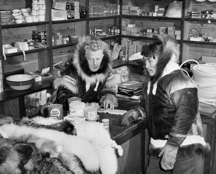 Trading furs for supplies at the Hudson Bay Company post in Kugluktuk, 1949 (Harrington/LAC/PA-143236).