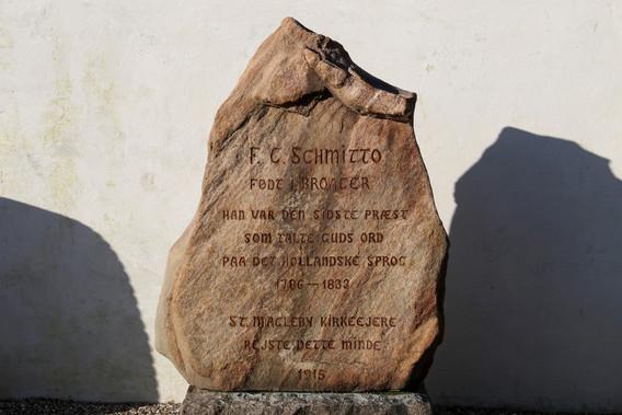 Sten til minde om den sidste præst, der holdte gudstjenester på hollandsk