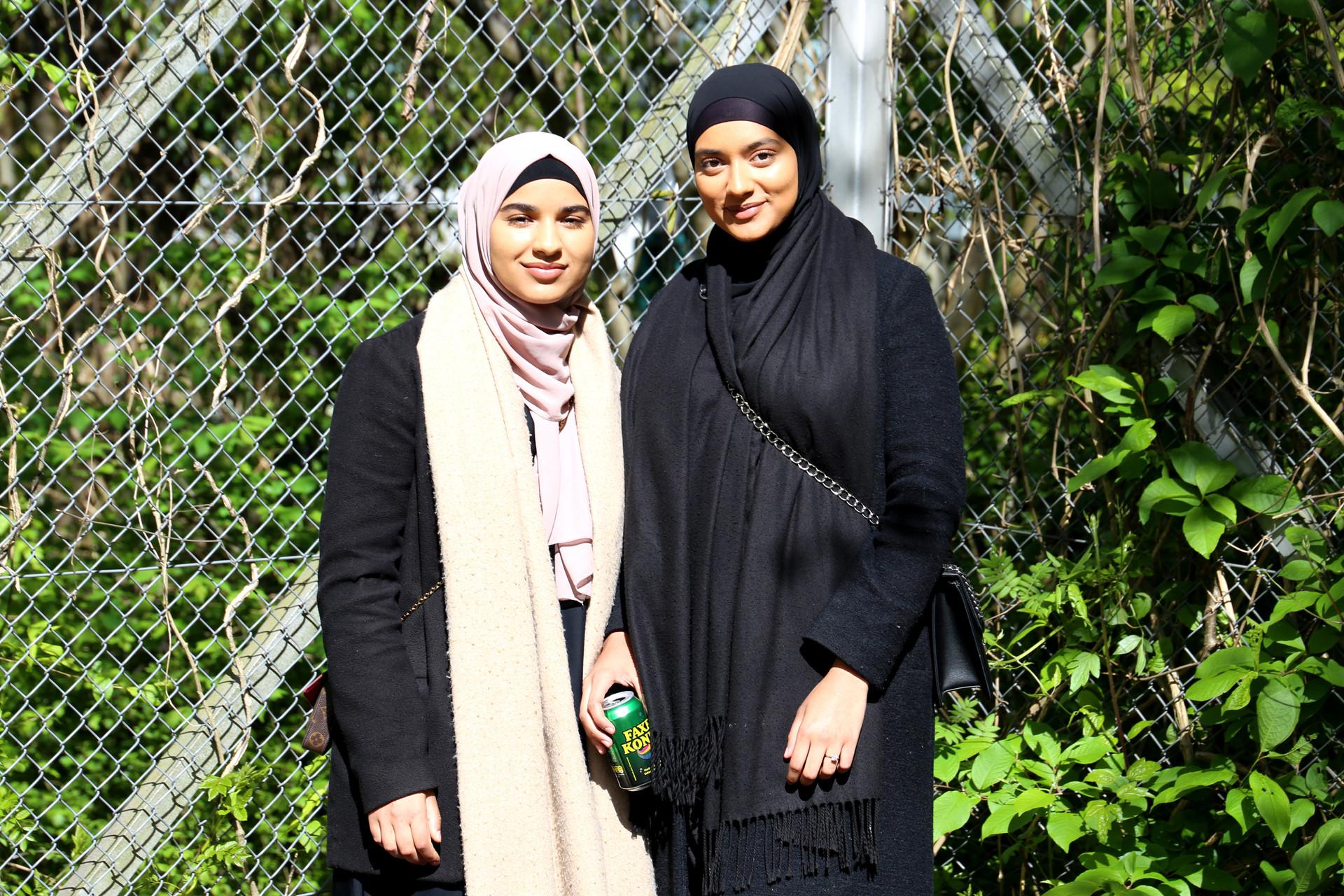 Simra og Aisha, der bor i Urbanplanen